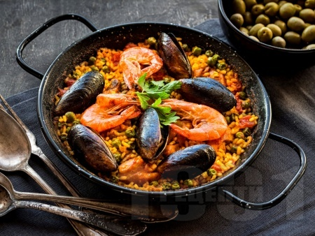 Паеля (ориз) с морски дарове (миди и скариди) в чугунен съд на грил / скара / барбекю - снимка на рецептата